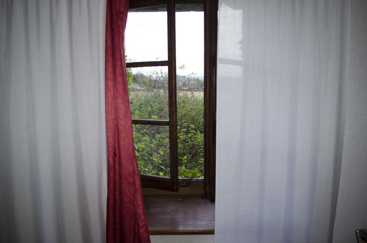 Chambre1 : Vu du terrain au NORD... Du boulot niveau jardinage? lol