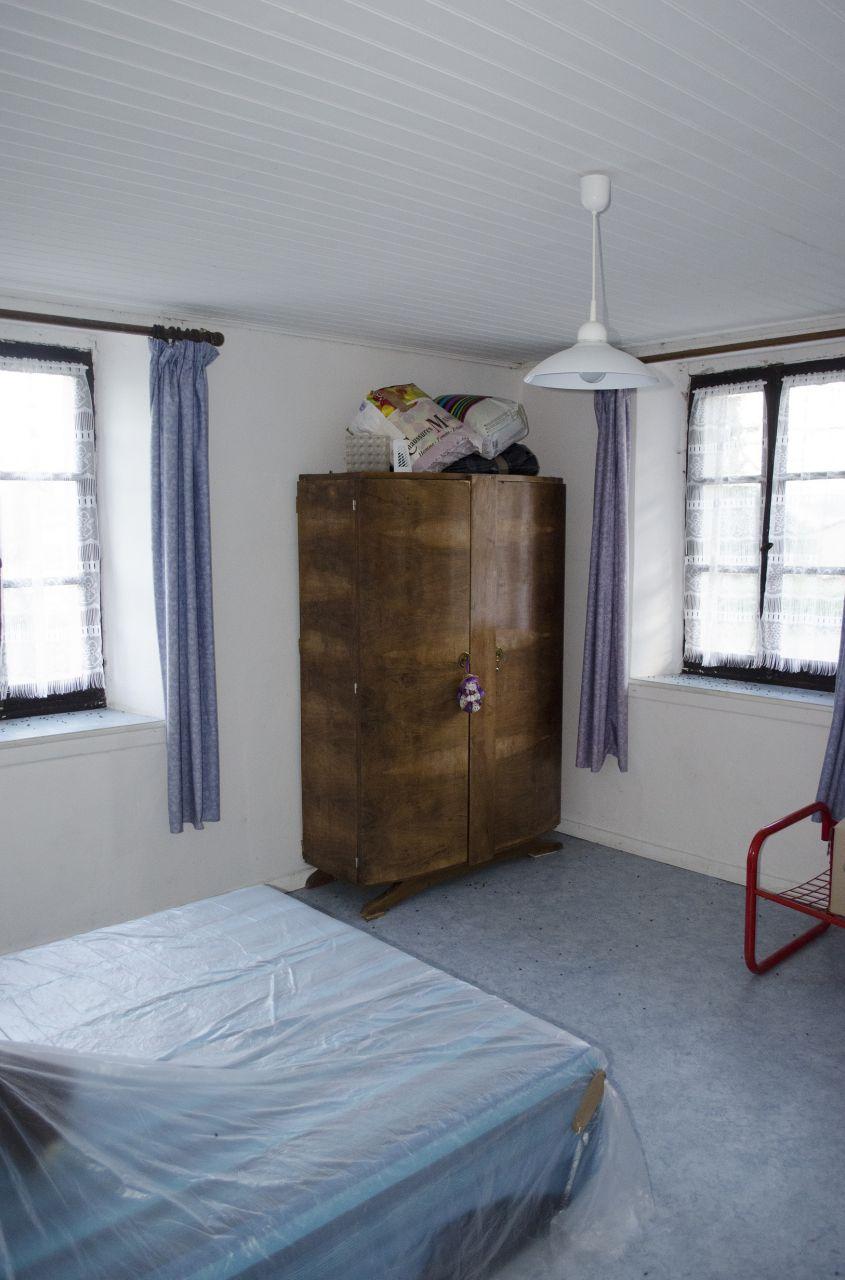 Chambre 2: Grande chambre avec 3 fenêtres.