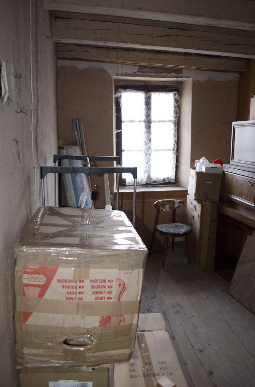 A rénover1 : Sur le mur porteur de gauche, vous avez l'escalier de la cuisine qui descend.