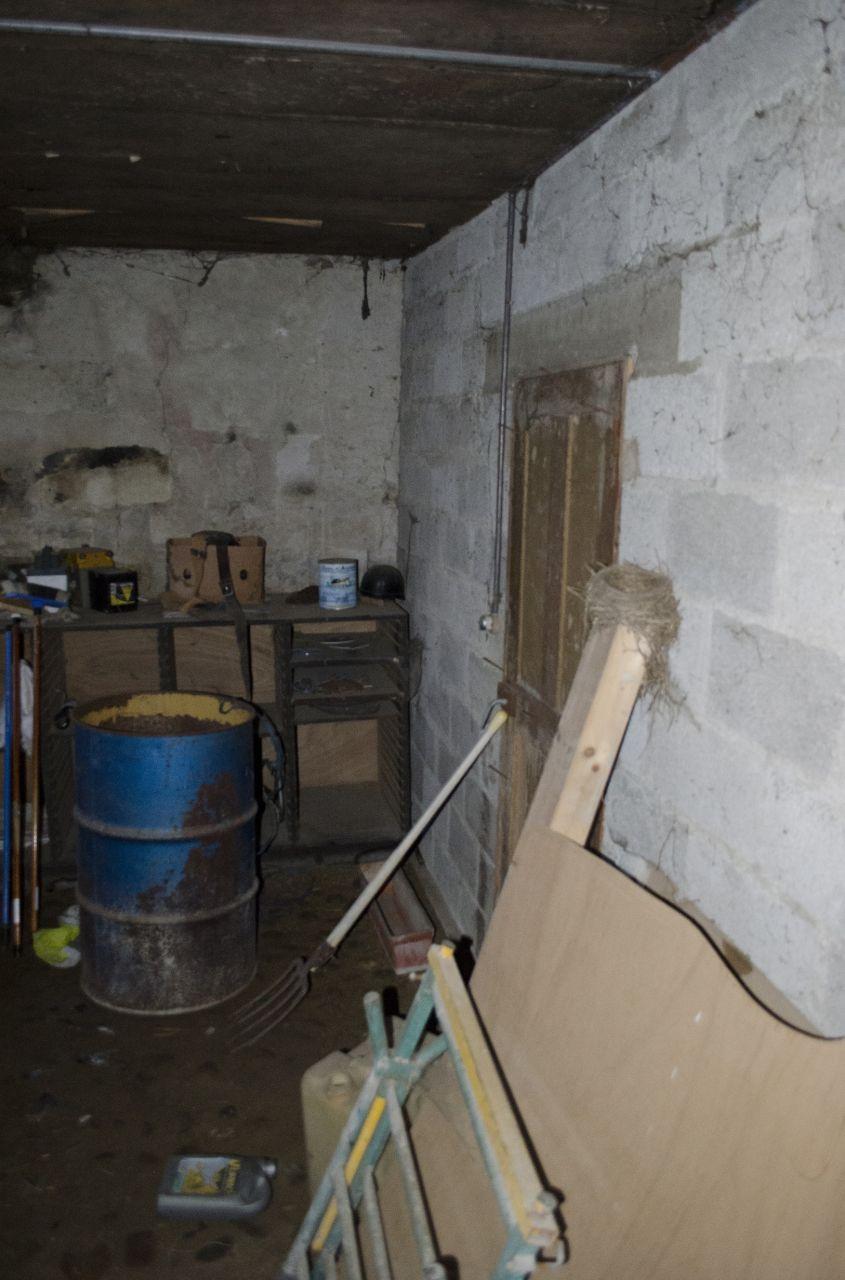 """La cave. Cette porte mène au """"cellier"""""""