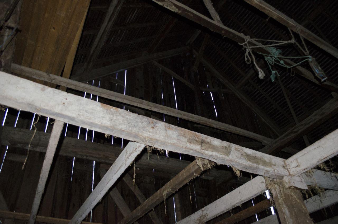 La partie Garage, ou ancienne écurie... La hauteur sous toiture est impressionnante