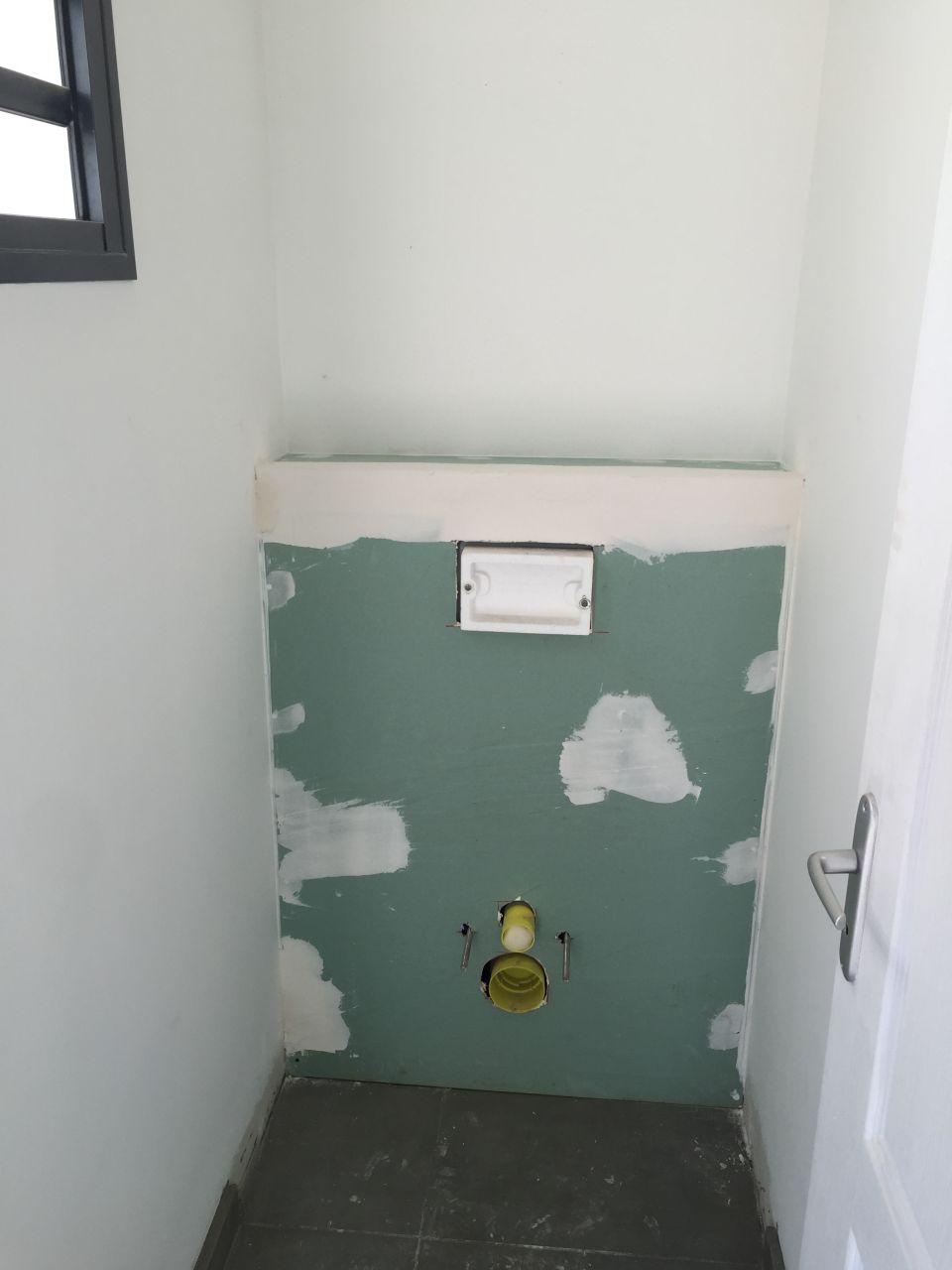 coffrage en placoplatre des WC suspendus  <br /> à l'entrée