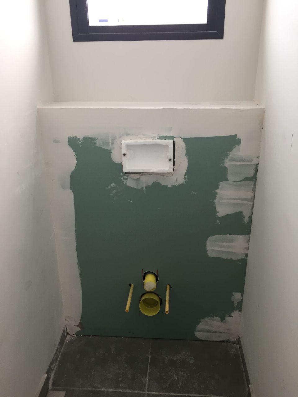 coffrage en placoplatre des WC n°2 suspendus  <br /> au R 1