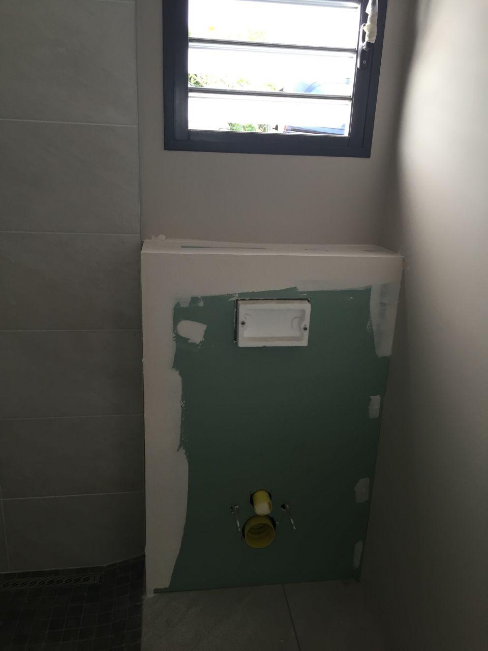 Coffrage en placoplatre des WC n°3 suspendus  <br /> de la chambre d'Amis