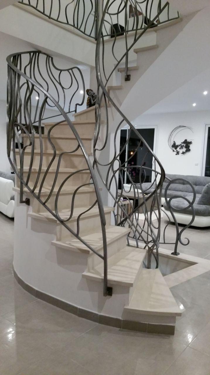 Rambardes escalier réalisée par le rampiste MS Poirier en métal blanchit et traité à la cire.