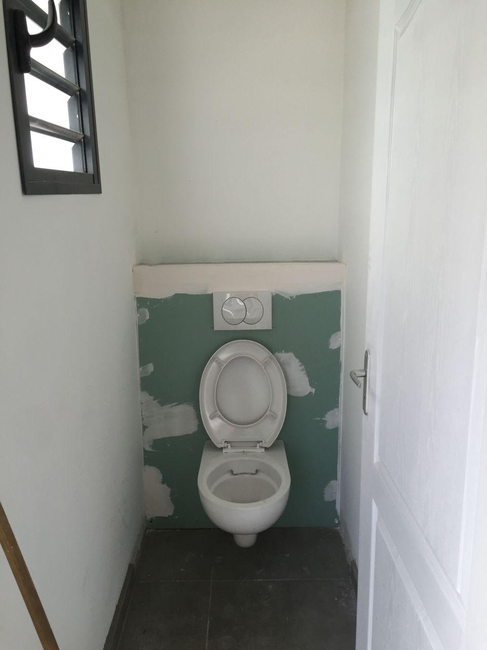 WC suspendu des visiteurs à l'entrée au RDC