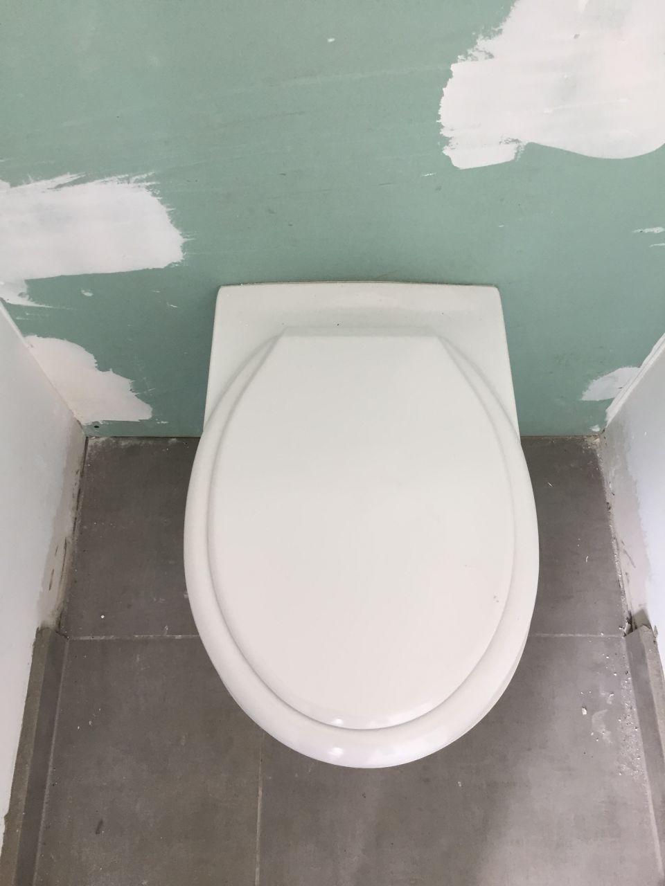 MAUVAIS ABATTANT DE WC SUSPENDU