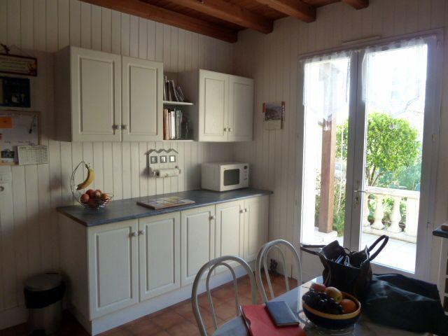 """cuisine """"avant"""" côté coin repas et terrasse"""
