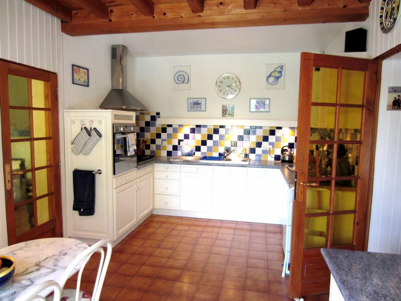 """cuisine """"avant"""". A gauche l'atelier, à droite l'entrée"""