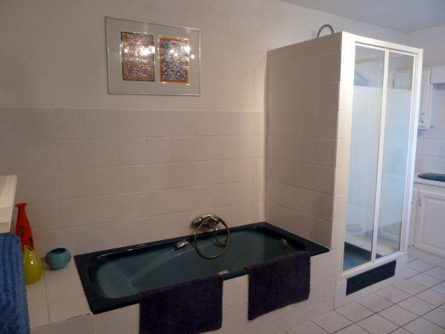 """une partie de la salle de bains """"avant"""" qui fait 14m2. Elle va être divisée en 2"""