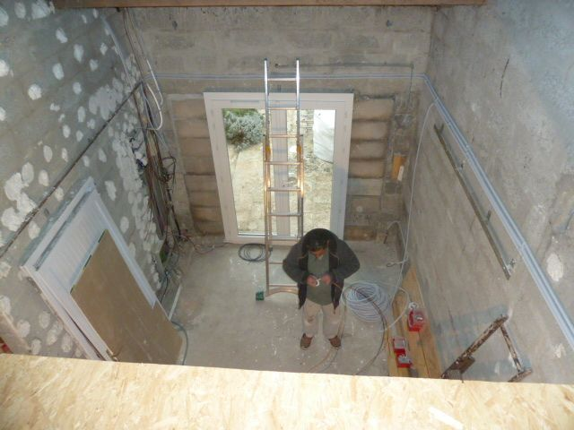 vue de l'atelier depuis la mezzanine avec la fenêtre donna t sur la terrasse