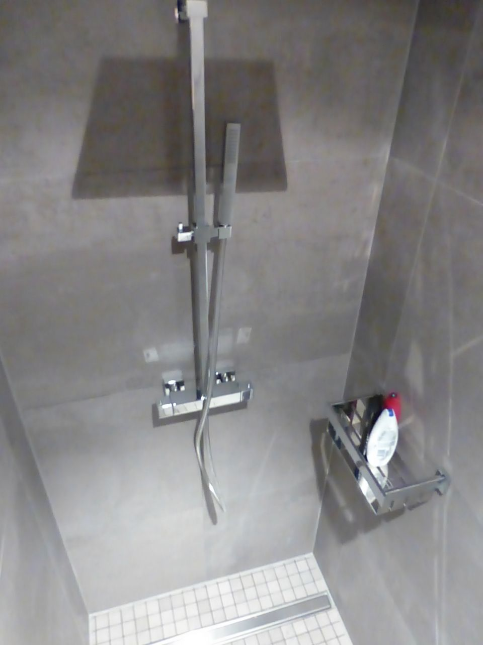 Cuisine et table cuisine et table suite salle de bain for Quel prix pour refaire une salle de bain