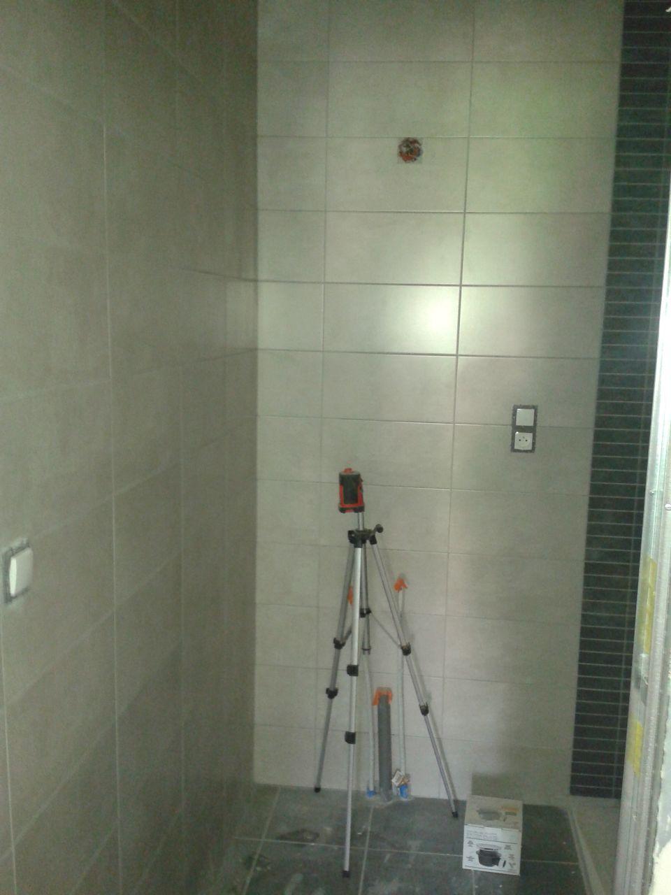 la salle de bain avec le coin douche à droite