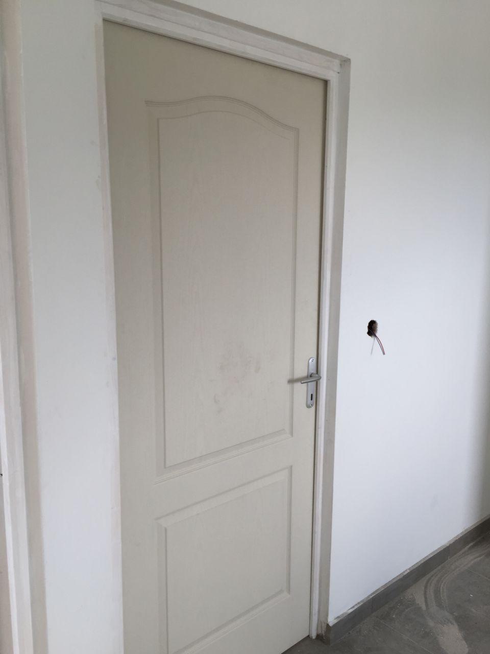 Porte  post formée creuse et peu solide qui n'est pas isophonique