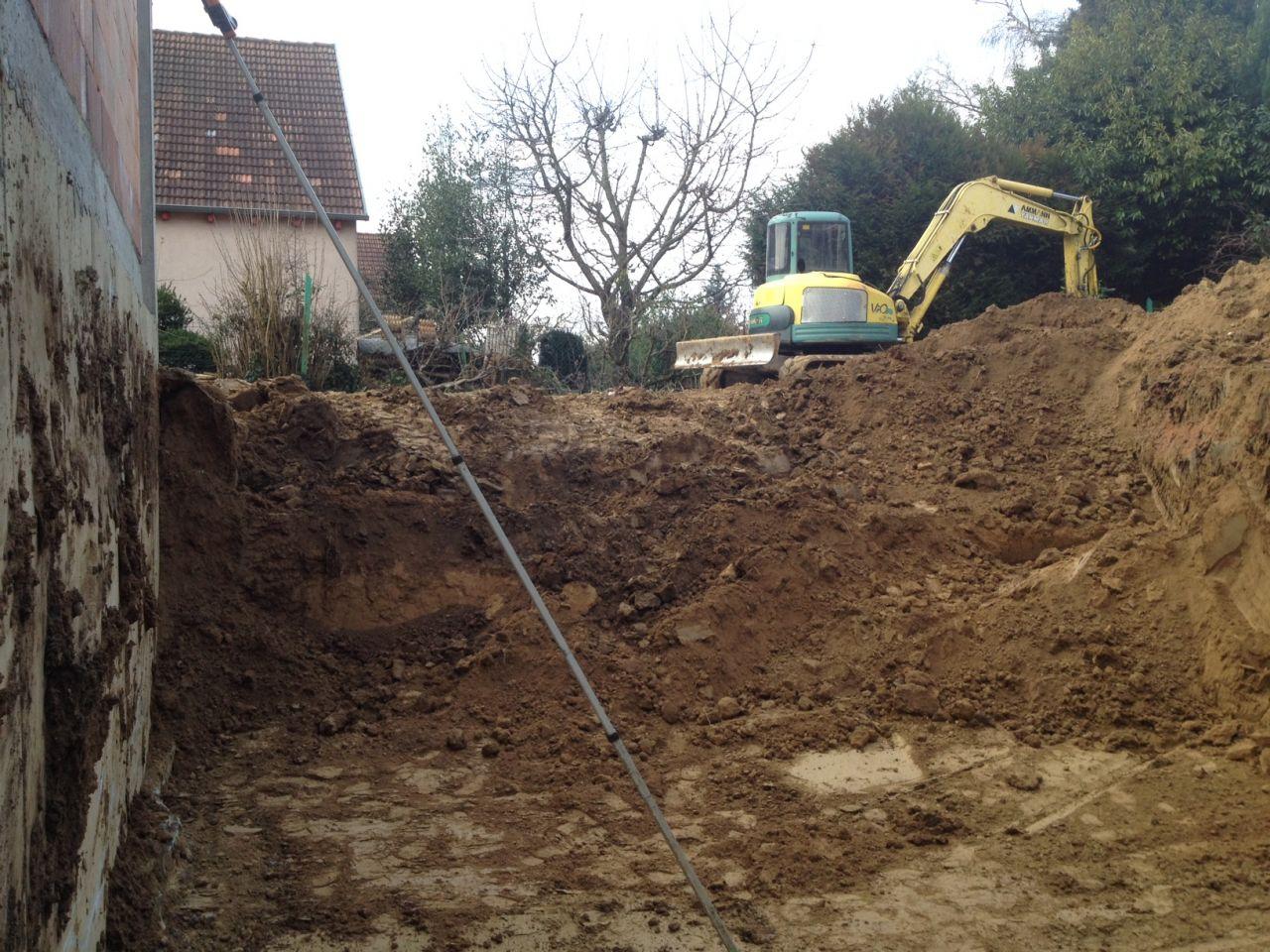 Début du terrassement (la maison à gauche de la photo est le projet mitoyen du voisin, en cours de construction égalemenent).
