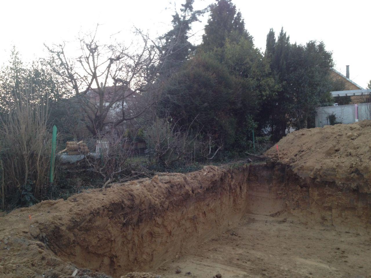 Terrassement terminé. La terre est creusée jusqu'à 2 mètres autour de l'emprise de la maison. Le terrain est très stable (froid   argile).