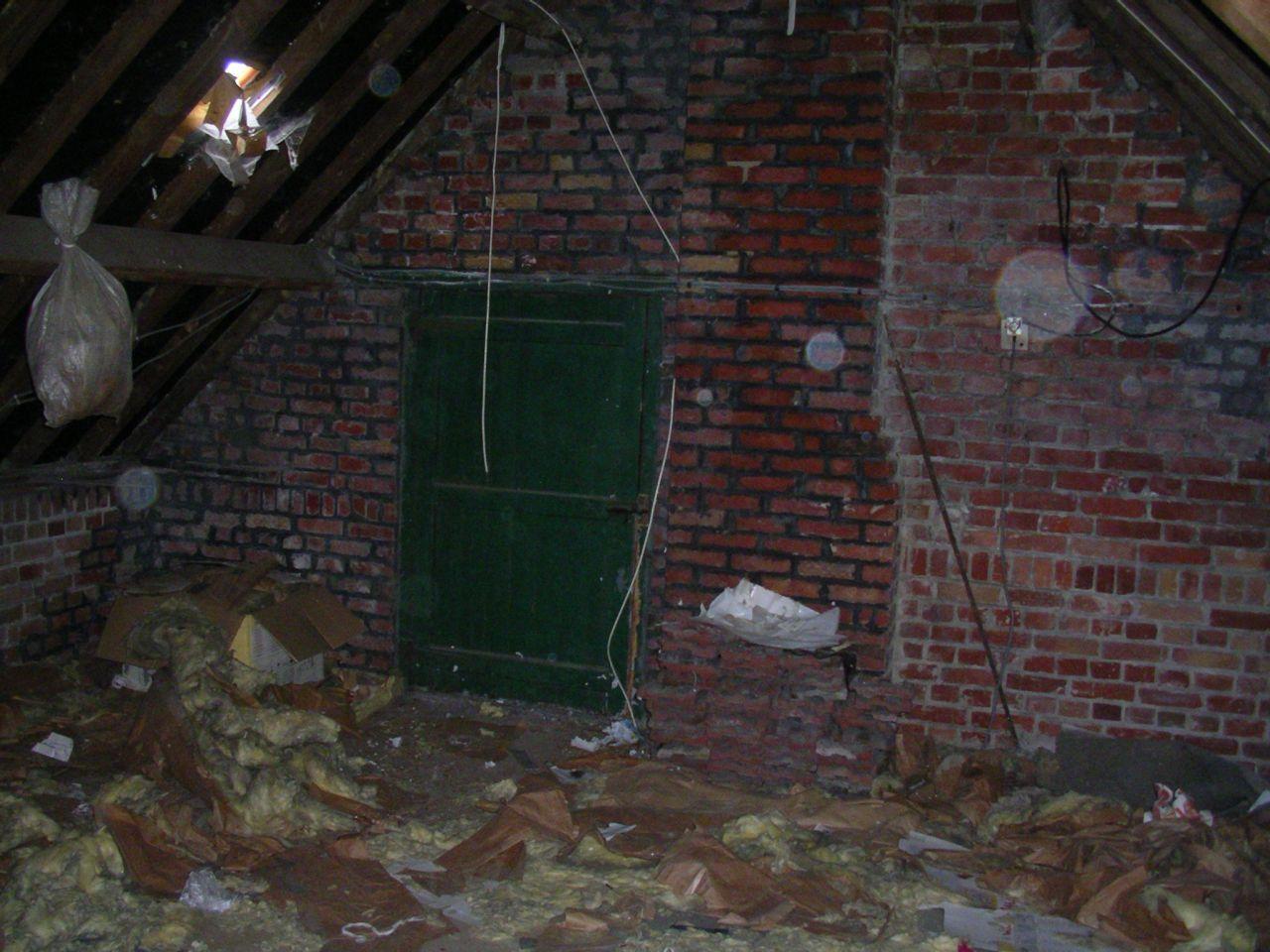 Fond du grenier avec ouverture sur l'extérieur.