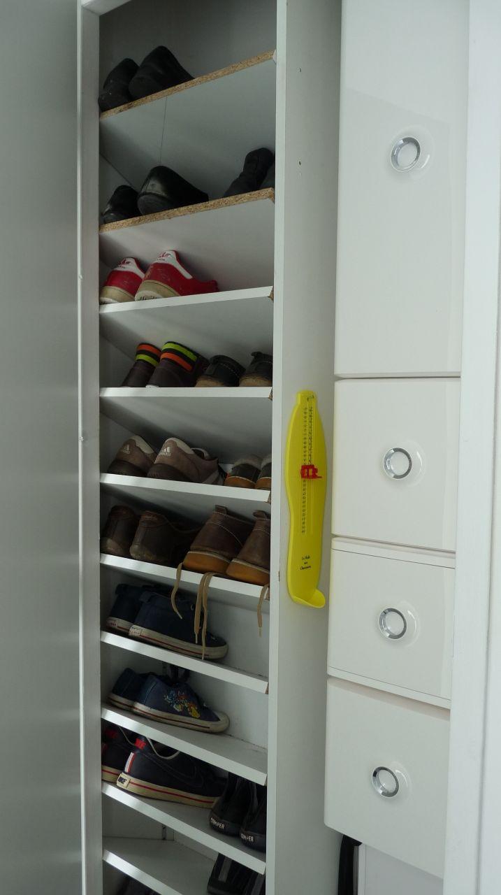 Placard à chaussures. Ouvert...