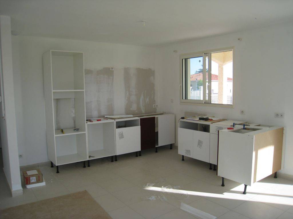 c 39 est l 39 arriv e des grenouilles passe moi le joint mise en place de la cuisine marmande. Black Bedroom Furniture Sets. Home Design Ideas
