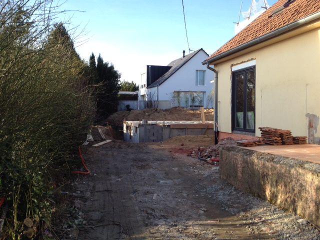 Au fond du terrain, entre les deux maisons, notre construction sort de terre.