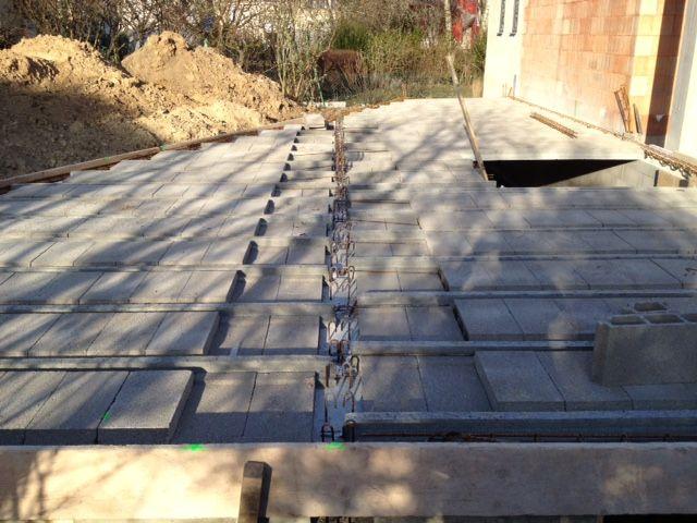 Détail du plafond du sous-sol en cours de réalisation.
