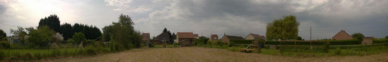 Voici une vue depuis le milieu de terrain en regardant vers le chemin d'accès