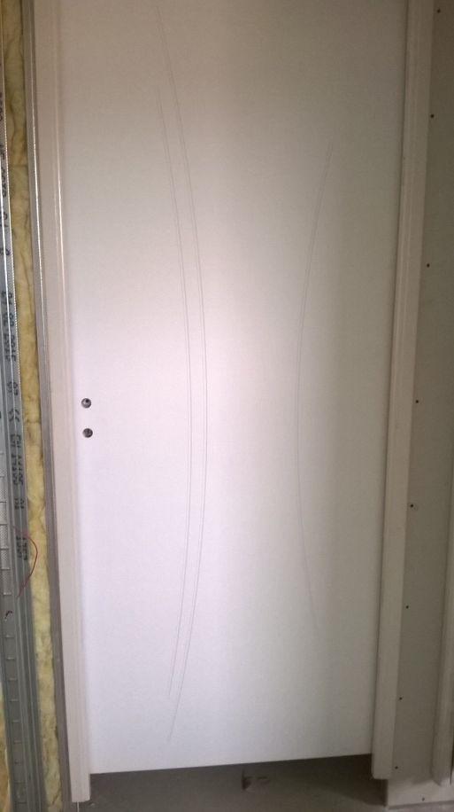 Toutes nos portes intérieures sont identiques elles sont pré-peintes en blanc , marque Righini modèle Kaoli