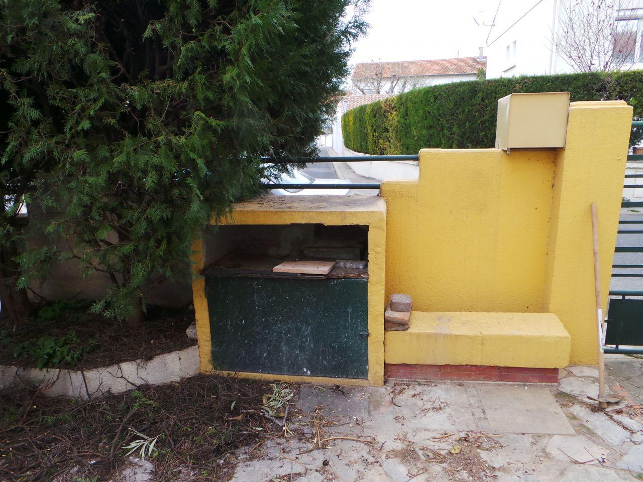 """la partie droite dela terrasse s'appuira sur ce mur de cloture. la """"boite"""" contient les tuyaux eau et gaz, donc on ne peut la supprimer."""