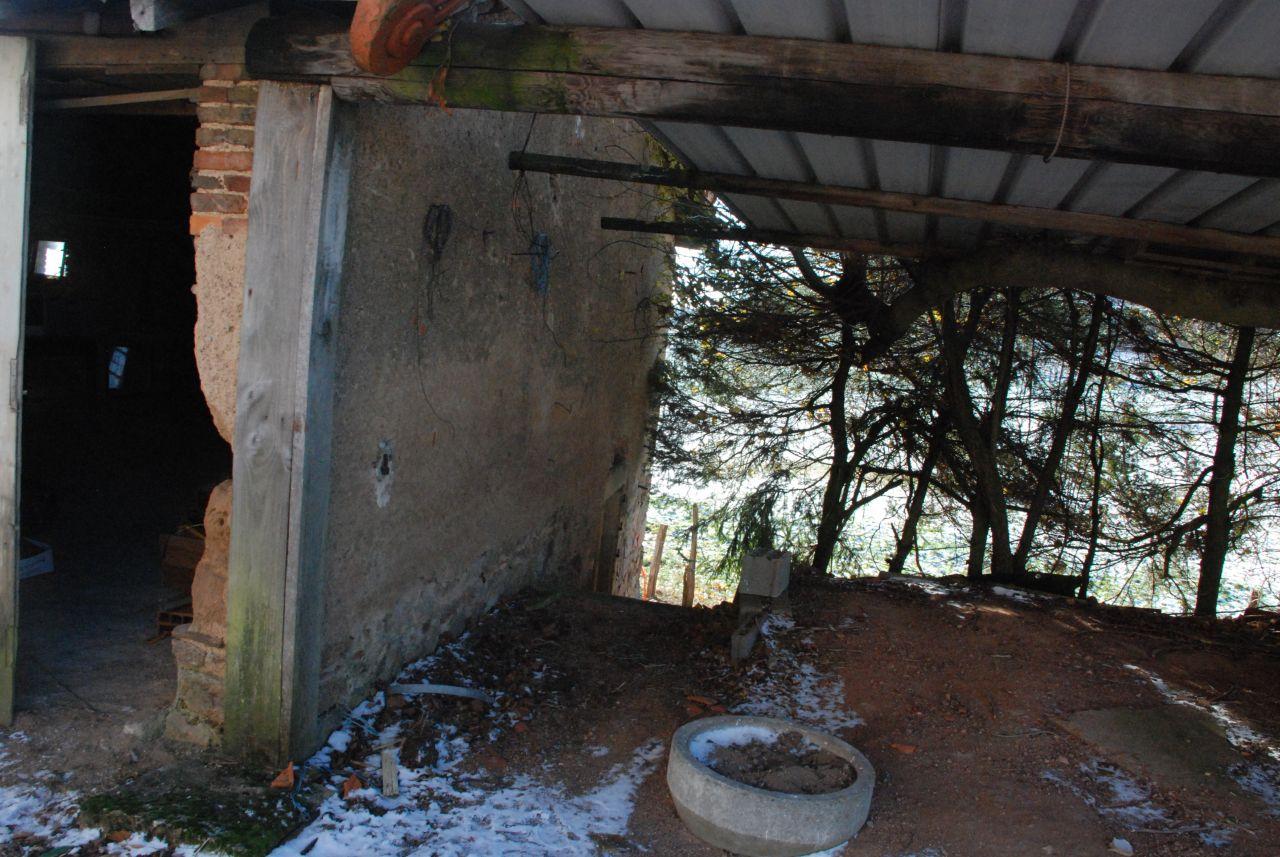 le garage suspendu, je ne trouvais plus les photos. Imaginez il y a même un IPN en suspension de 8m de long entre les arbres, retenu par un peu de fil d'acier ... no comment !