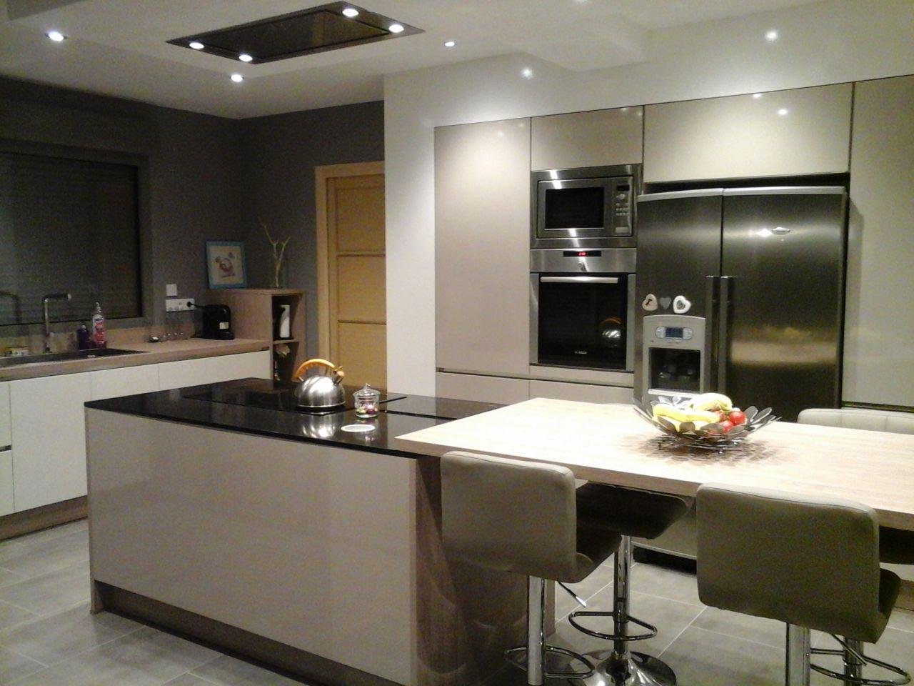10 id es de cuisines aux meubles laqu s blancs et bois les s lections de l 39 quipe. Black Bedroom Furniture Sets. Home Design Ideas