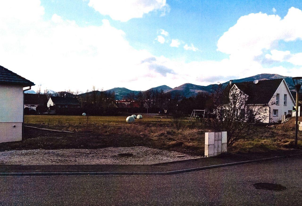 Vue de la rue vers le champ, photo issue du dossier de Permis de construire