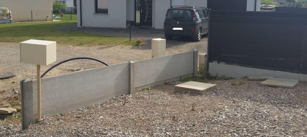 Aide pose grillage rigide sur cloture b ton - Plaque de beton pour cloture ...