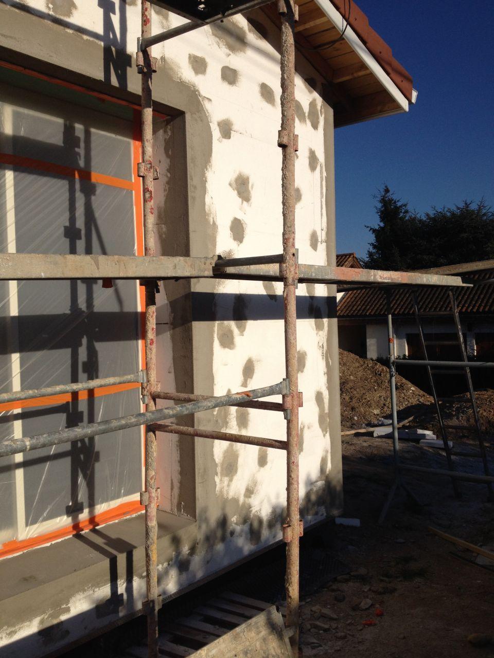 Préparation avec pose des arrêtes et mise en place des seuils de baies vitrées en siporex