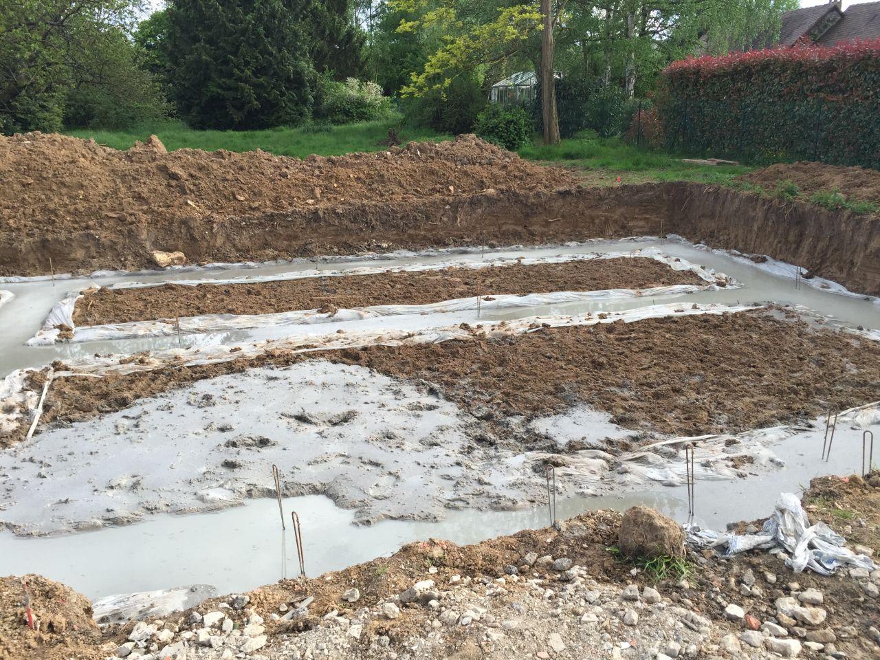 Les fondations coulées, avec un peu de débordement et de l'eau en surface