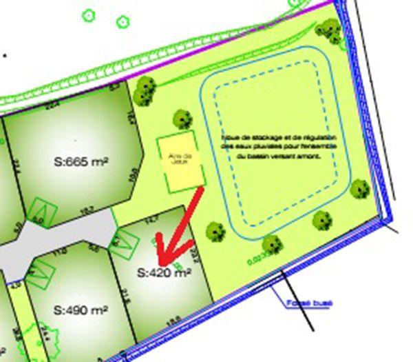 Queue de lotissement, la flèche indique notre parcelle, le cadre bleu représente un bassin (sec)de rétention d'eau