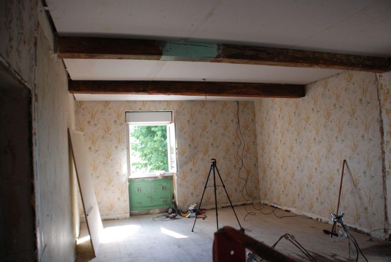 on attaque le plafond à l'étage.il reste plus qu'a faire les bandes et poser des moulures souples au niveau des poutres (trop d'écart entre la plaque par endroit malheureusement).