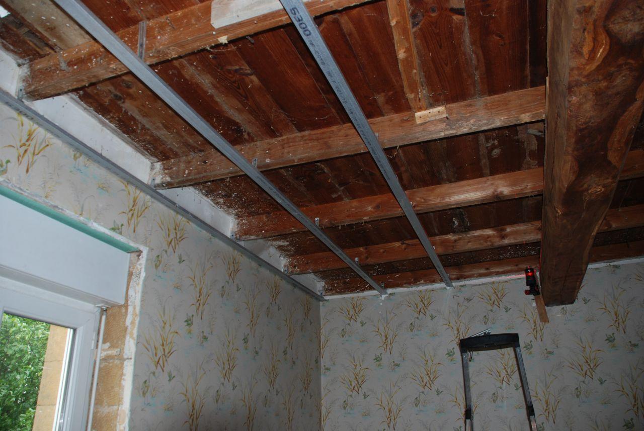 on attaque le plafond à l'étage. Le petit laser est dans l'angle