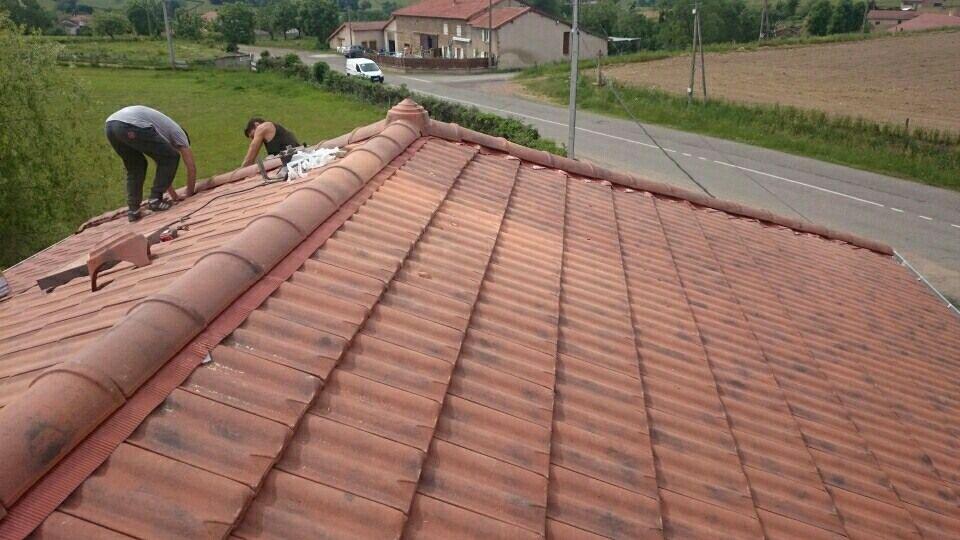 Et voilà la toiture en cours de finition  elles sont belle ces tuiles neuve et faussement ancienne pour ne pas dénaturer le bâtiment de 1896