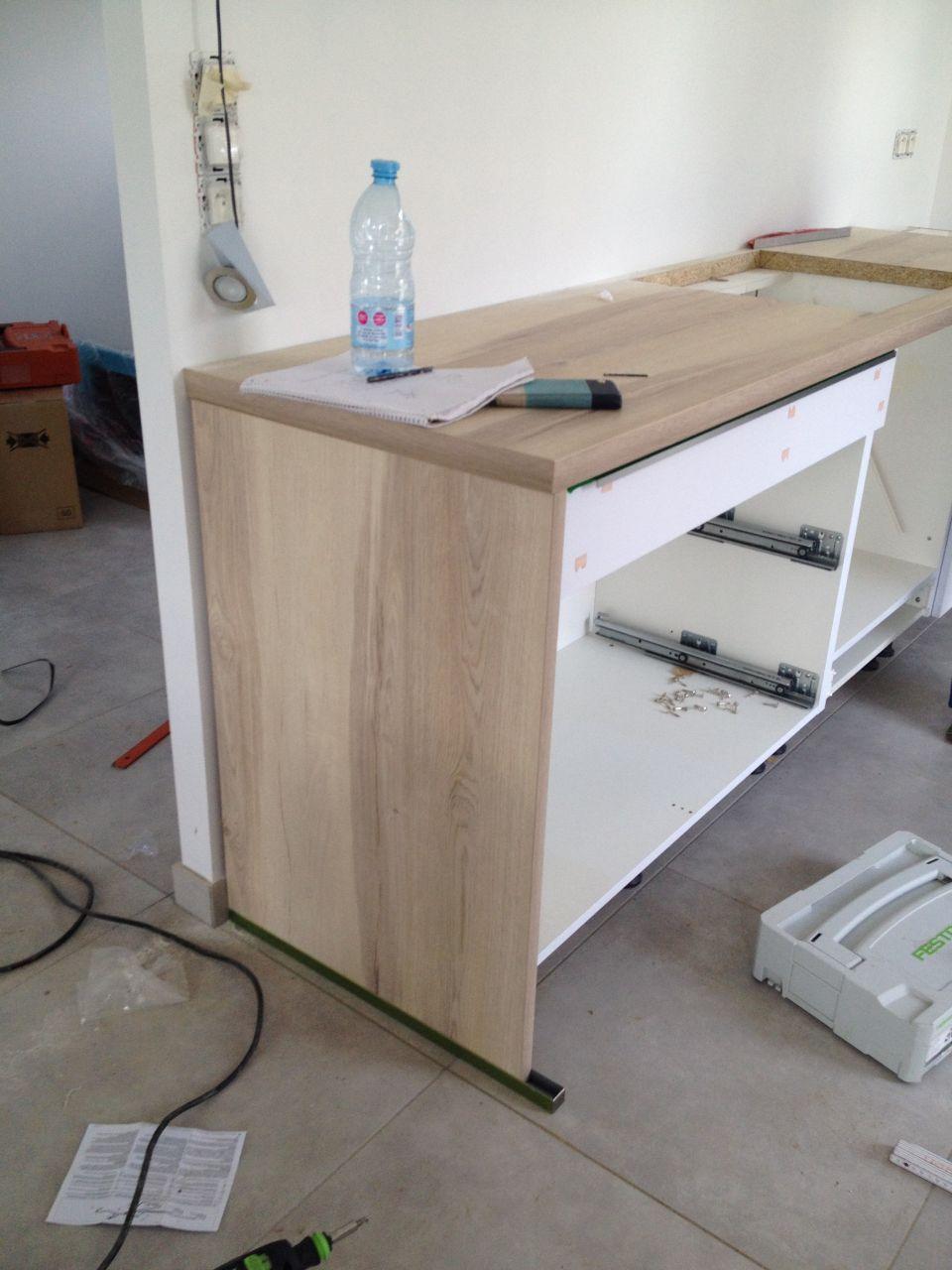 Pose de la cuisine blanche et plan de travail imitation chêne clair FLY NOBILIA