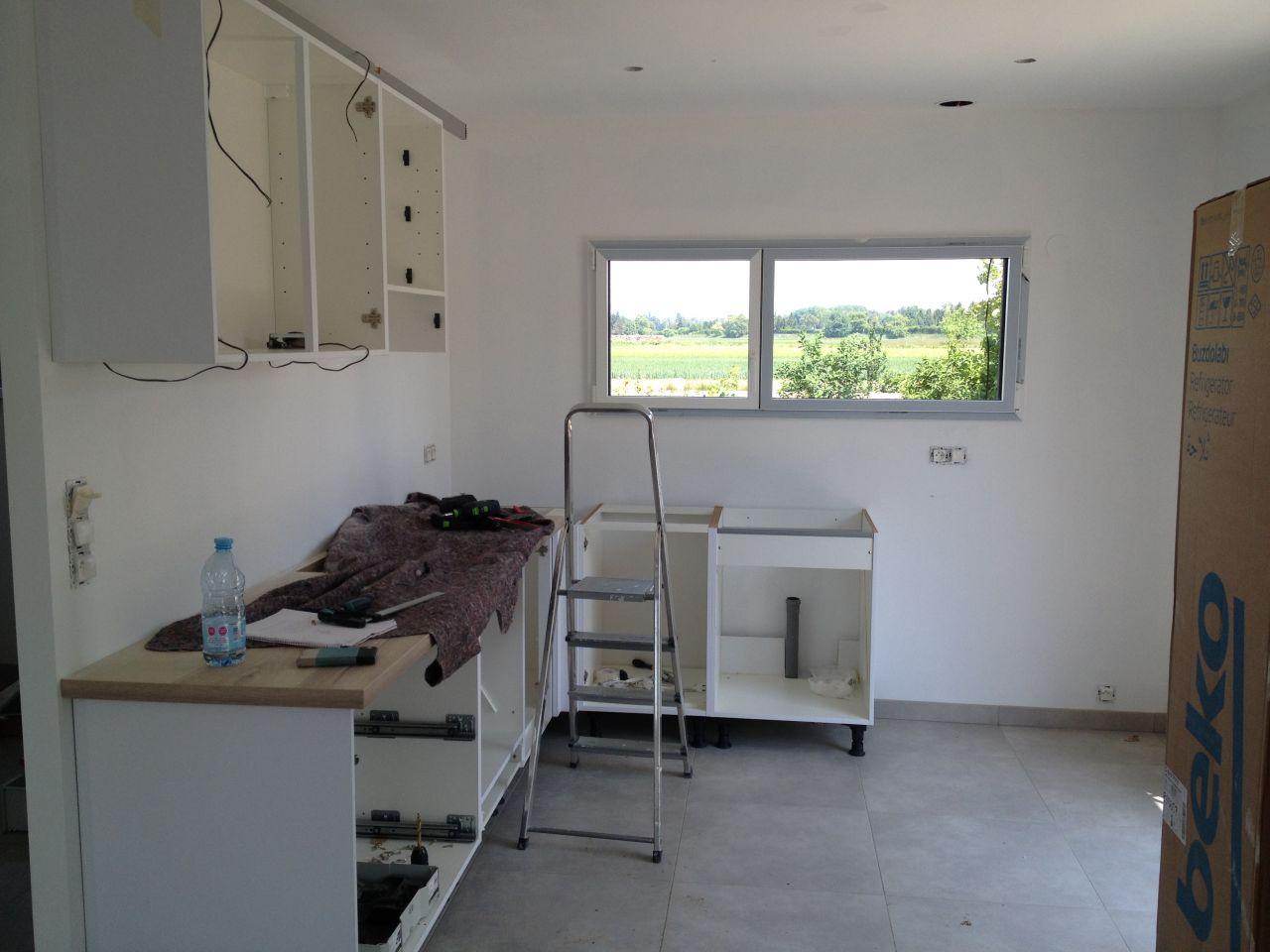 Pose de la cuisine blanche et plan de travail imitation chêne clair FLY