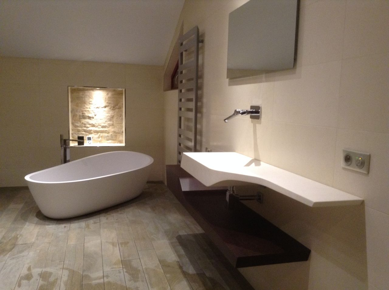 photo vue d 39 ensemble avec niche en pierre baignoire en. Black Bedroom Furniture Sets. Home Design Ideas