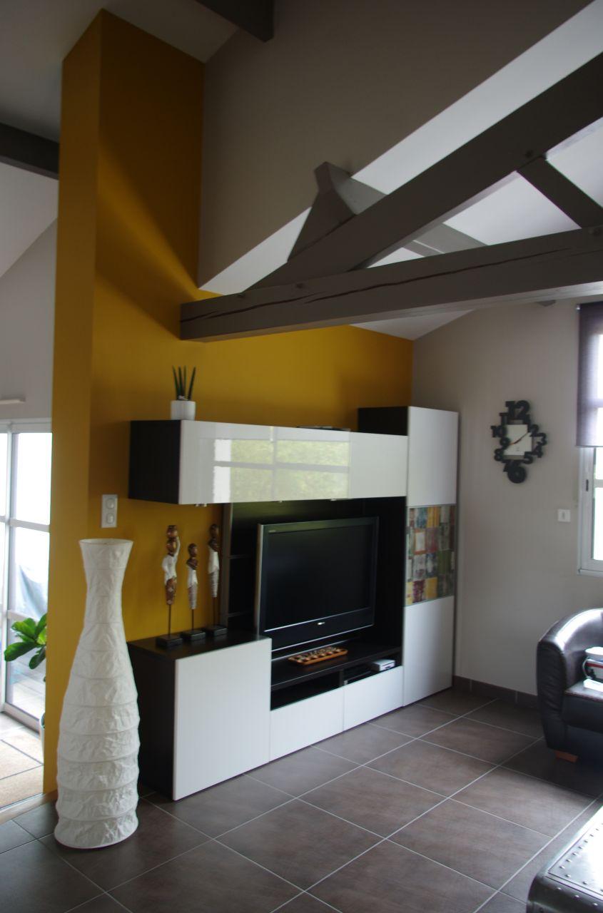 le mur du salon repeint en jaune miel, le orange ne plaisait plus à madame......
