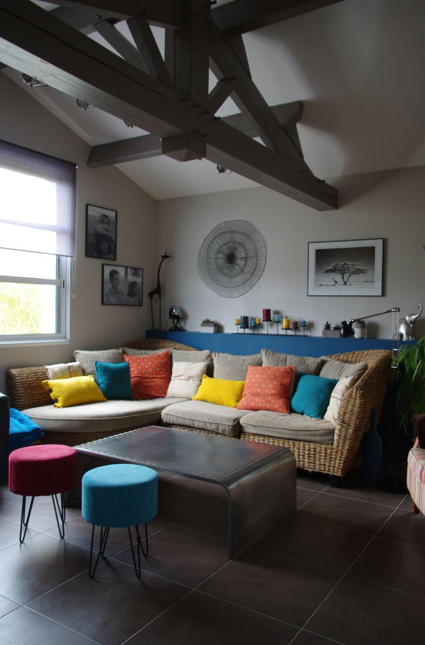 le mur jaune miel va tres bien avec le bleu paon, me voilà tranquille en peinture pour qq mois.....:)