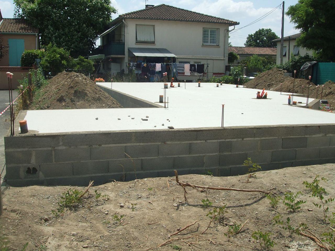 vue du terrain voisin (le mur devant est le mur mitoyen de notre futur garage)
