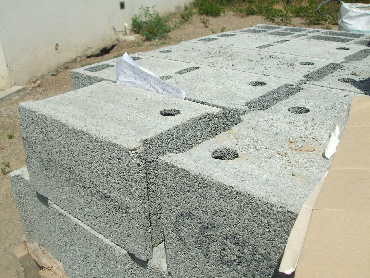 mot du voisin nous demandant d'enlever les parpaings, le sac de sable et nettoyer leur terrain du beton solidifier sur leur terrain