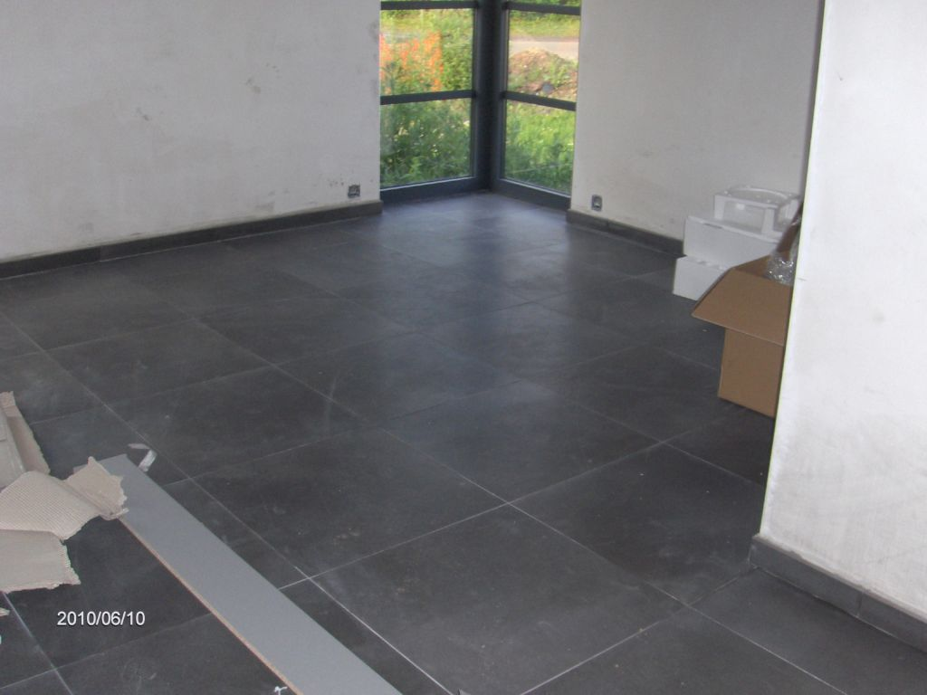 Cuisine avec carrelage gris anthracite for Joint carrelage gris perle