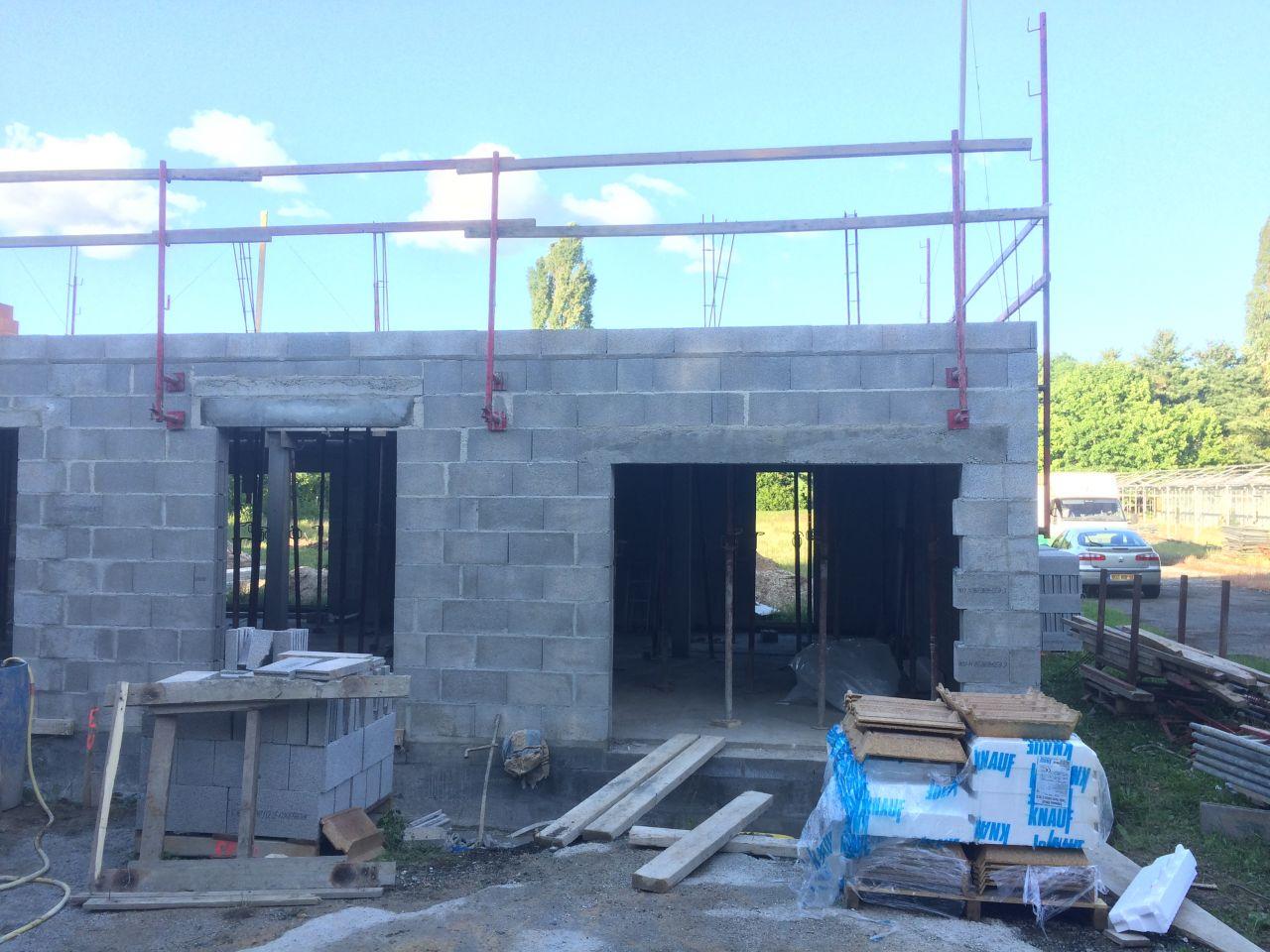 Fin des murs du Rdc. <br /> La dalle du 1er est prête ... <br />  <br /> Sauf qu'il y a une deuxième, et grosse, erreur ...