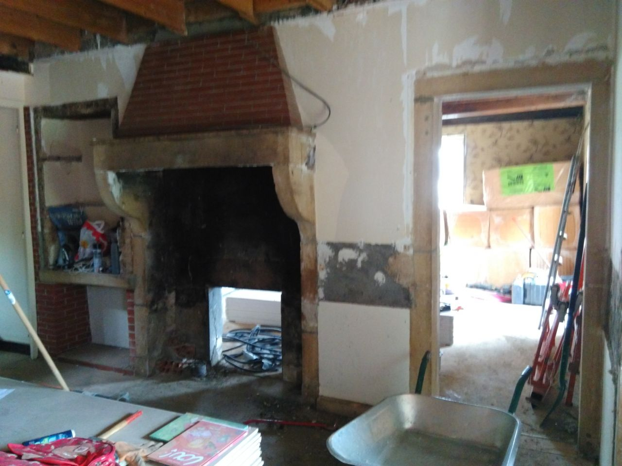 la cheminée enfin propre, en haut, on ne peut pas faire sauter la brique, c'est blindé de beton ! on va donc cofrer