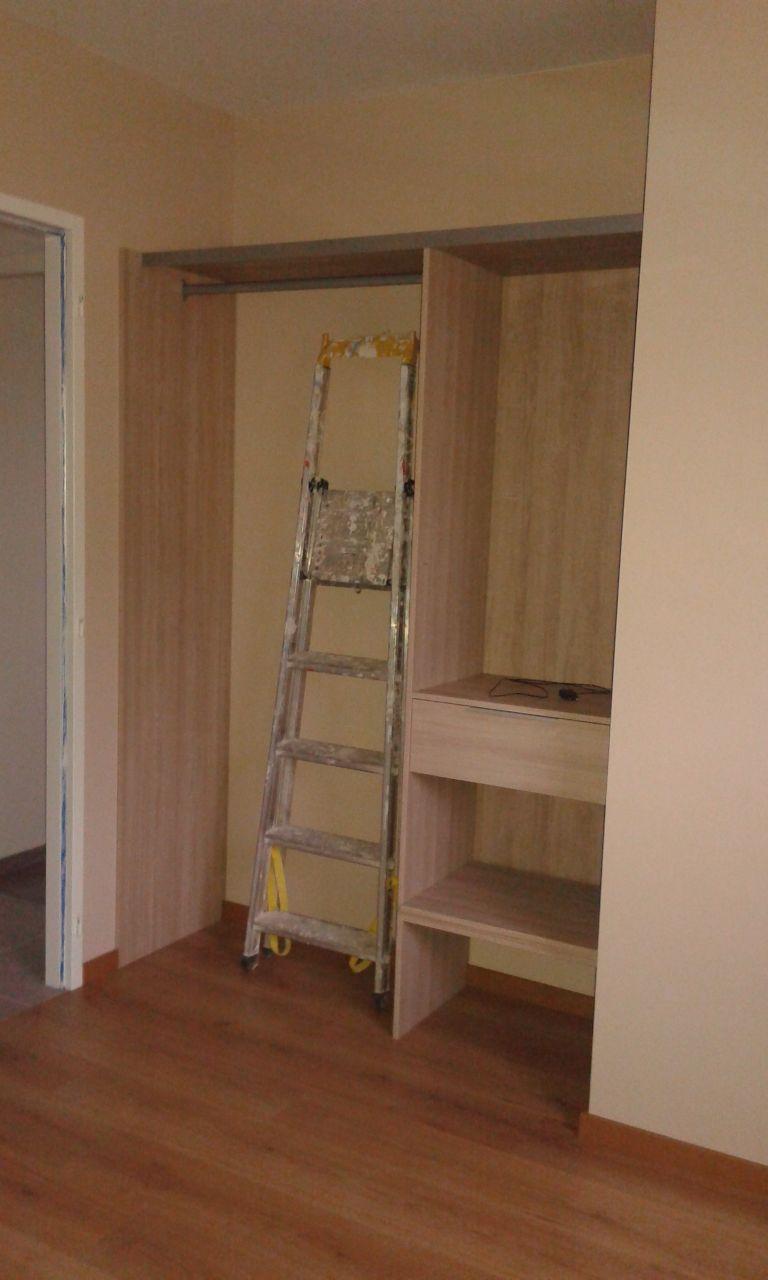 photo amenagement de placard kit ajustable castorama travaux de finitions ain 1. Black Bedroom Furniture Sets. Home Design Ideas
