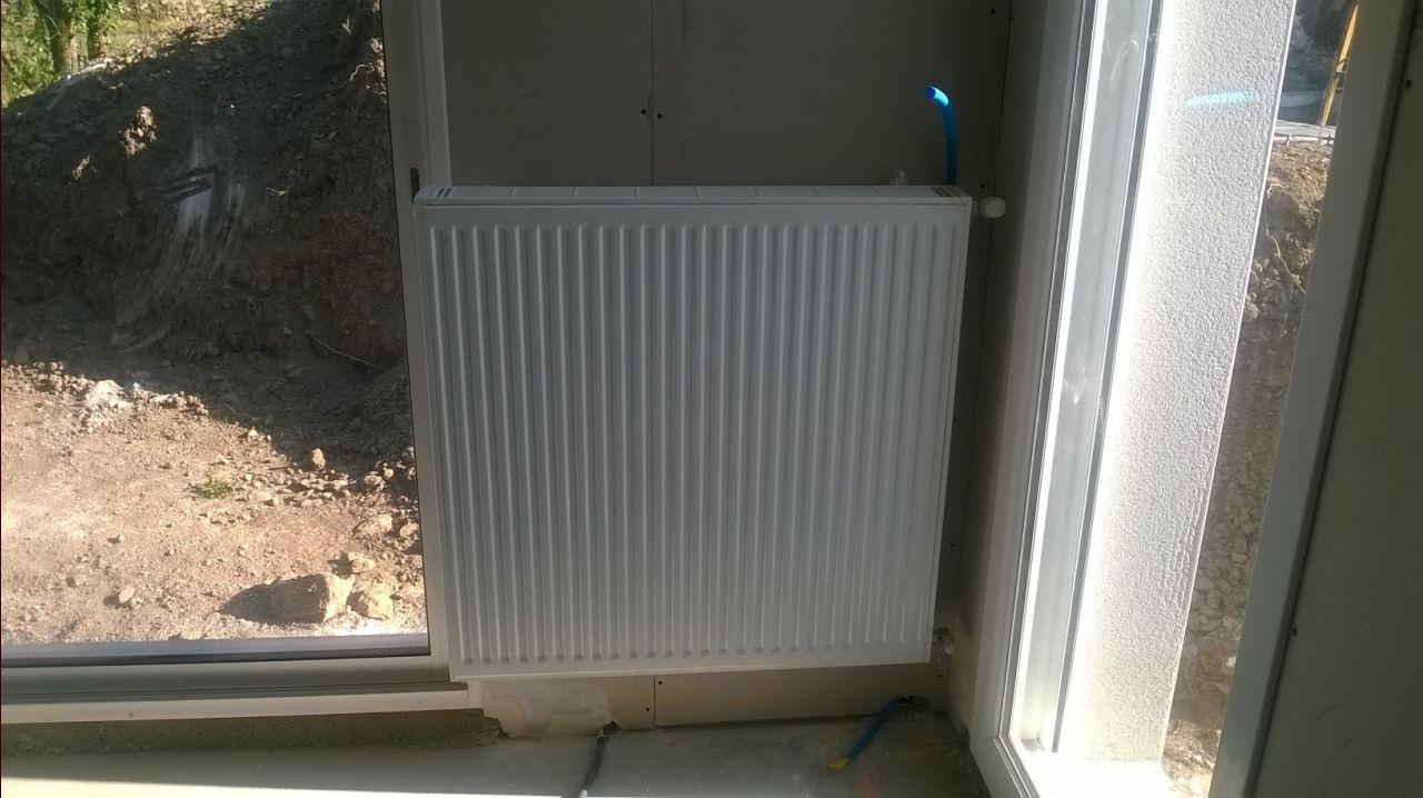 Magnifique pose du radiateur, dont la taille déborde sur la baie... On se demande comment un plombier peut faire ce genre de choses!